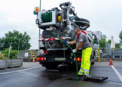 Mitarbeiter bei der Kanalreinigung